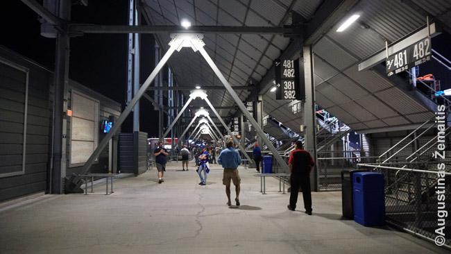 Begalinis koridrius milžiniškos arenos viduje