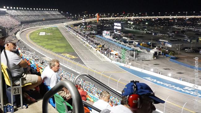 NASCAR žiūrovai. Tie su ausinėmis klauso, ką komandų štabai kalba su lenktynininkais