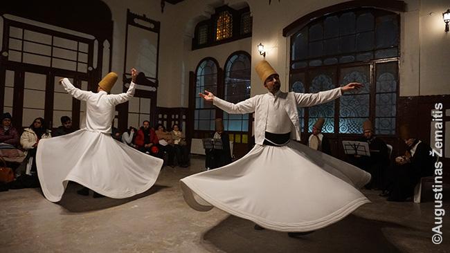 Dervišų šokis senojoje Sirkedži draukinių stotyje, vienoje daugelio vietų, kur jie pasirodo