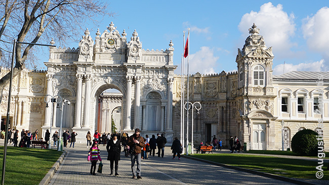 Stabtelėjus Stambule dienos metu, galima aplankyti kokią įdomybę, kaip, pvz. šiuos Dolmabahče rūmus. Vakare - tiesiog pasivaikščioti ar nueiti paskanauti turkų virtuvės ar kaljano