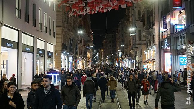 Istiklal gatvė, kurioje yra vykę ir teroro aktai, vėl labai gyva. Vienintelis neigiamas dalykas, su kuriuo Stambule susidūriau dėl terorizmo - padidintas saugumas: metalo detektoriai net prekybos centruose, per Kalėdas gatvėje stabdydavę pareigūnai ir prašę rodyti pasą