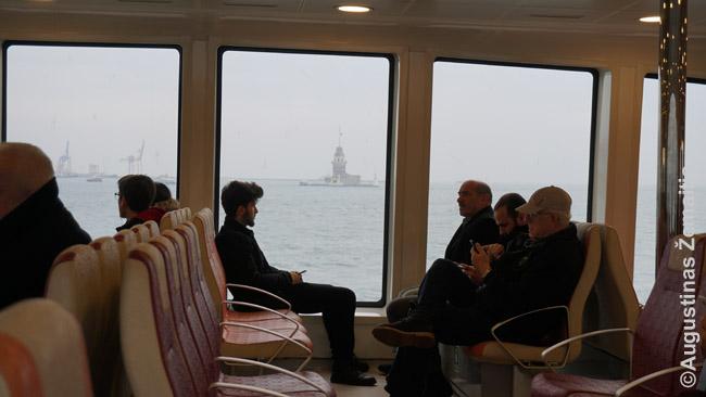Stambulo Mergelės bokštas žvelgiant iš į Aziją plaukiančio laivo