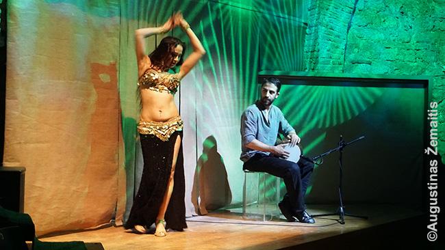 Pilvo šokis tikrai nėra nepadoriausia, ką gali išvysti šiandieniniame Stambule, ir nėra net turkų tradicija (atsirado kitose šalyse). Tačiau jis taip pat pridėjo Stambului musulmonų miestams nebūdingos 'vakarėlių sostinės' reputacijos