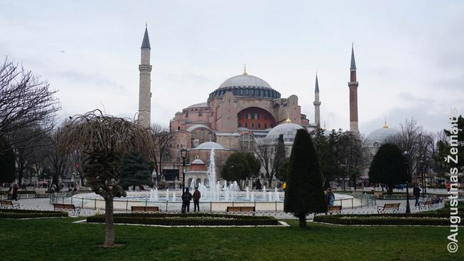 Šv. Sofijos soboras Stambule, statytas 537 m. po Kr., buvęs didžiausia pasaulio krikščioniška bažnyčia, paskui mečete, dabar - muziejumi