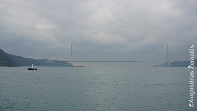 Pats naujausias ir šiauriausias tiltas, jungiantis abi Stambulo puses. Anapus - Juodoji jūra. Tiltai aukšti, kad praplauktų visi laivai