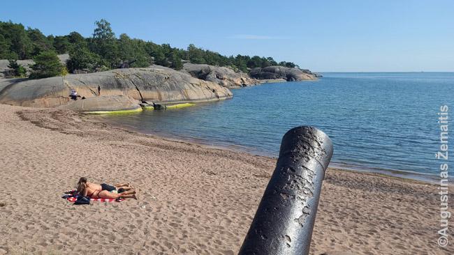 Hanko kurorto paplūdimys - siauras smėlio ruožas supamas akmenų