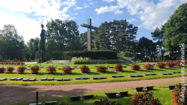 Antrojo pasaulinio karo suomių kapai Hietaniemio kapinėse Helsinkyje. Centre - generolo Manerheimo kapas.