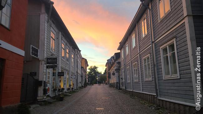 Saulėlydis Suomijos mediniame miestelyje