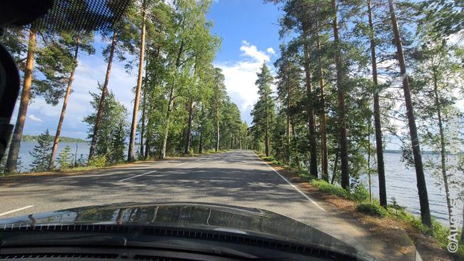 Automobiliu važiuojant per Punkuharju ozą, kurio abiejose pusėse - ežerai