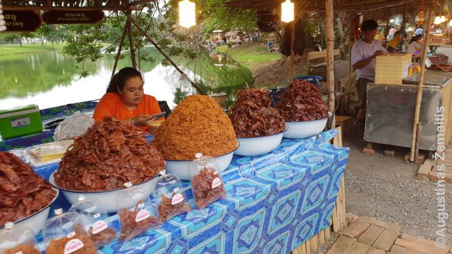 Vakarui pasiruošę maisto turgaus prekijai Ajutajoje. Pavienių maisto prekijų yra ir šiaip siaurose gatvelėse, už tai užsieniečiai skundžiasi, kad sunku išsinuomoti butą su orkaite - vietiniams jos nereikia