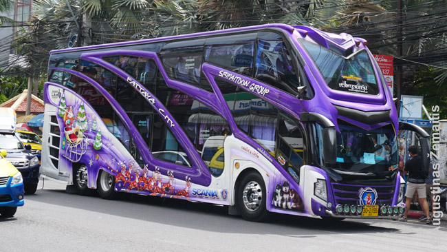 """Tiuninguotas Tailando autobusas. Viduje naktim žybsi diskotekų žibintai. Viskas Tailande turi būti """"sanuk"""" (linksma)"""