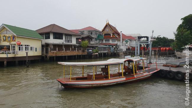 Vienas keliolikos keltų per Čao Prajos upę. Kadangi maršrutiniai laivai stoja vienoje pusėje, jei reikia į kitą - teks dar keltis keltu, nes tiltų mažai