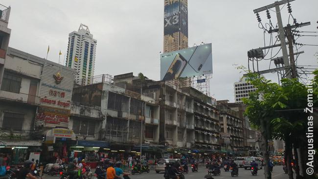 Vienas daugybės Bankoko kontrastų: dangoraižiai su prabangos reklamomis prieš nutriušusius senus namus