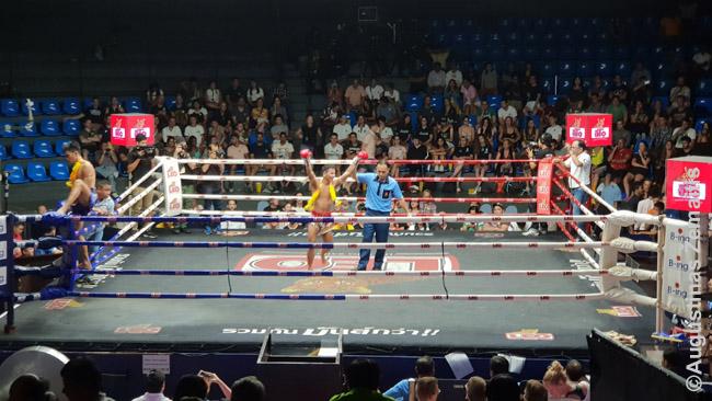 Muai Tai varžybos Bankoke. Tailande, jei yra muai tai stadionas, tai kadien ar kas kelias dienas nustatytu laiku ten vyksta varžybos, po 8 ar 10 mačų per vakarą