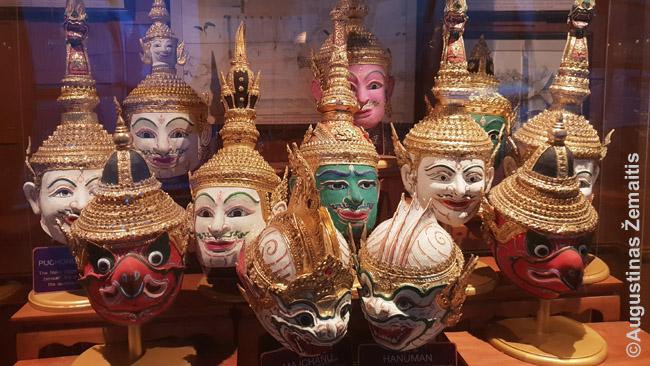 Tradicinio tajų teatro khon herojų kaukės. Dabar šis teatras, kuriame vaidinta išimtinai indų epas Ramajana, Tailande virtęs Ramakien, beveik nunykęs: bankoko vakarienės kruizas žadėjo, neva laukia spektaklis, tačiau teišėjo keli kaukėti aktoriai ir pasivaikščiojo kelias minutes