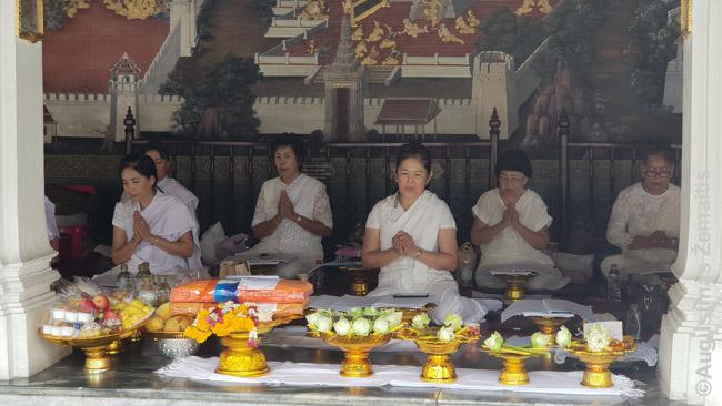 Nuolatinis ritualas prie Smaragdinio Budos šventyklos - religinės dainos