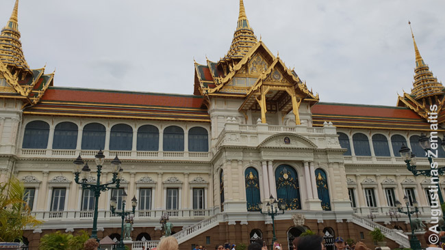 Vakarietiški rūmai tajišku stogu (vienas Didžiųjų rūmų pastatų Bankoke)