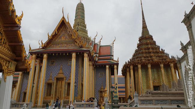 Svarbiausia Tailando šventykla - Smaragdinio Budos Bankoke. Tik keli iš daugelio jos pastatų