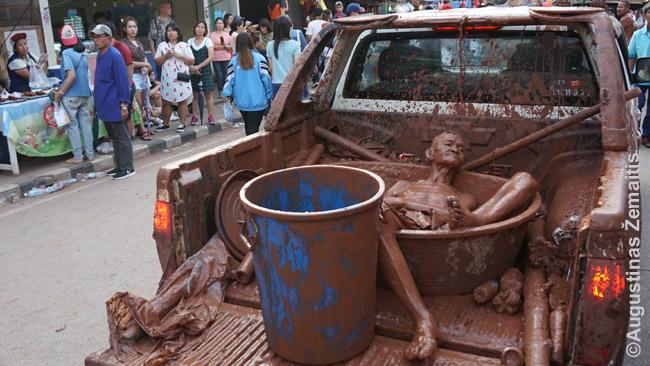 Phi Ta Khon parade - ir pikapai, kurių bagažinėse - nuo galvos iki kojų purve 'išsimaudę' žmonės bei purvo kubilai papildomoms maudynėms