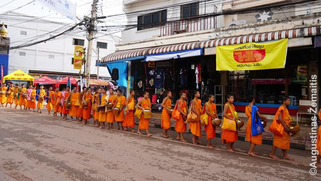 Aukas renkantys budistų vienuoliai būna kone kiekvienoje Tailando šiaurės šventėje