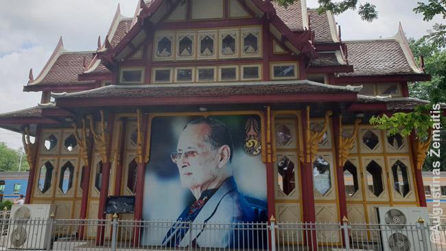 Hua Hino traukinių stoties karaliaus paviljonas. Didelių karaliaus nuotraukų gausu visur Tailande