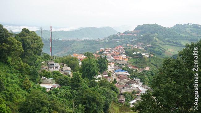 Kalnų kaimas Šiaurės Tailande, į kurį tenka važiuoti tajiškai stačiais keliais (silpnesnio variklio automobiliai vos užvažiuoja)