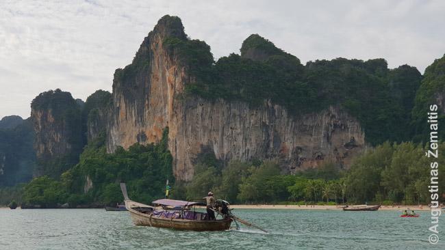 Ilgauodegis laivas apiplaukia nepražengiamas uolas plaukdamas iš Ralajaus į Ao Nangą