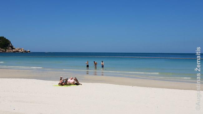 Tailando Ko Pha Ngan paplūdimys liūčių sezono metu. Saulė kaip švietė, taip šviečia (išskyrus trumpas, bet stiprias liūtis), tik turistų mažiau