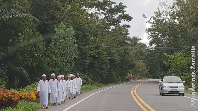 Musulmonai eina Tailando pakrantės keliu