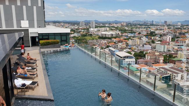 Infinity Pool ant Patajos daugiabučio (condominium) dangoraižio. Tokie dangoraižiai, kuriuose - ir gražios bendros erdvės - viena geresnių veitų apsistoti kurortuose-didmiesčiuose. Jei nereikia, kad gyventum prie pat paplūdimio.