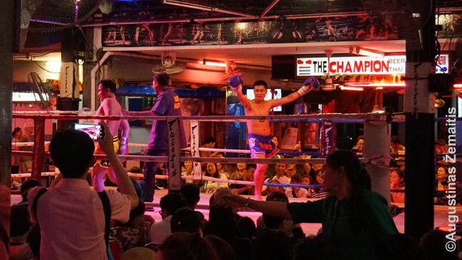 Muai tai kovos tiesiog eiliniame Patajos restorane. Barų ir restoranų, vietoje gyvos muzikos turinčių ringą Tailando kurortuose - ne vienas ir ne du.