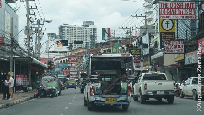 Įprastinė transporto priemonė Tailande - songtevai. Jie tarnauja ir kaip autobusai, ir kaip taksi - bet 'autobusai' būna toli gražu ne visuose kurortuose