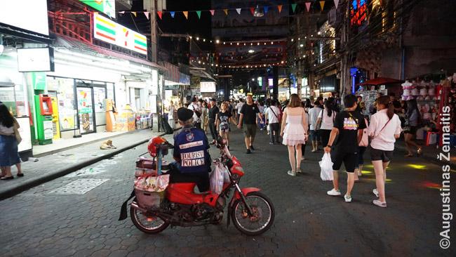 Didesniuose kurortuose Tailande veikia net speciali turistų policija, kurios dalis tarnautojų-savanorių - imigrantai iš Europos. Jie būna tarpininkais ir vertėjais tarp tajų policininkų ir į nemalonų atsitikimą patekusių turistų
