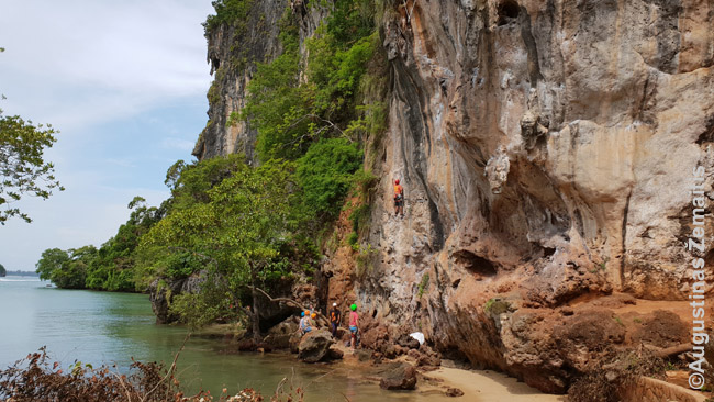 Turistai karstosi Railajaus uolomis