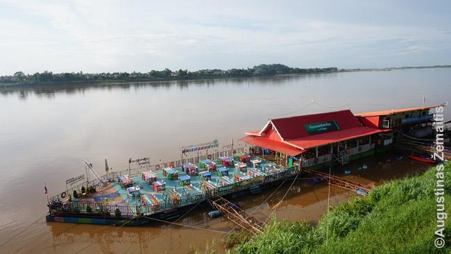 Vienas daugelio laivų-restoranų Mekongo pakrantės miestelyje Nong Chajuje