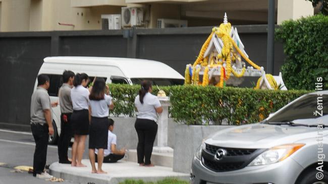 Dangoraižio darbuotojai atnešė rytines aukas dvasių namui papėdėje