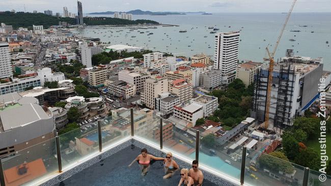 Tokie baseinai, kaip šis The Base kondominiume Patajoje, labai populiarūs ir vadinami Infinity Pool - nes maudantis juose, jų krašto nesimato ir, kaip šiuo atveju, atrodo, kad baseinas pereina į jūrą