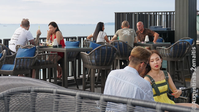 Farangai su tajėm žmonom ar draugėm Hilton viešbučio stogo restorane Patajoje