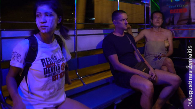 Songtevai - puiki vieta stebėti žmones, kurie sėdi priešais