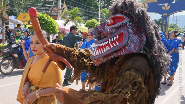 Phi Ta Khon dvasia mediniu peniu mosuoja prieš merginą