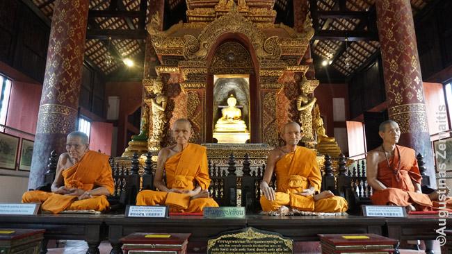 Vaškinės žymių praeities vienuolių figūros vienoje šventyklų
