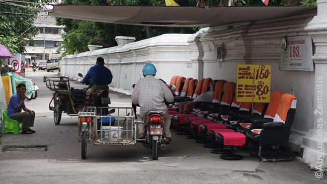 Masažuotojai pasistatė savo kėdes Čiang Majaus šeštadienio turguje