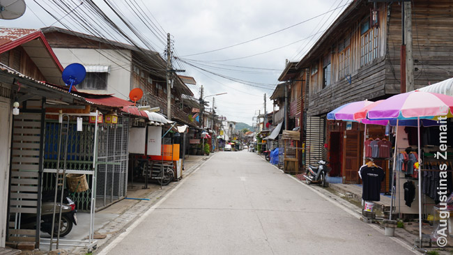 Čiang Khano gatvė. Upė teka lygiagrečiai už pastatų dešinėje.