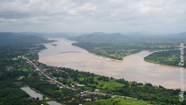 Mekongas nuo Wat Pha Tak Sue šventyklos. Vienuoliai net stiklinį išsikišusį tiltą pastatė ir renka už jį pinigus