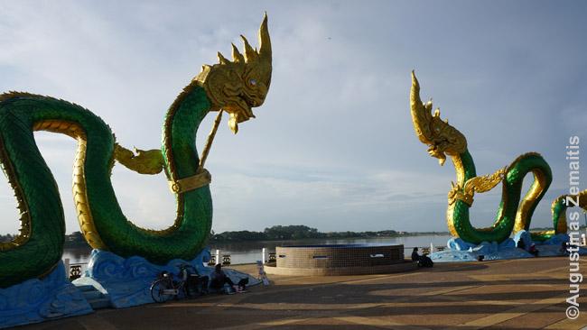 Nagų paminklai Nong Khajaus paupio promenadoje