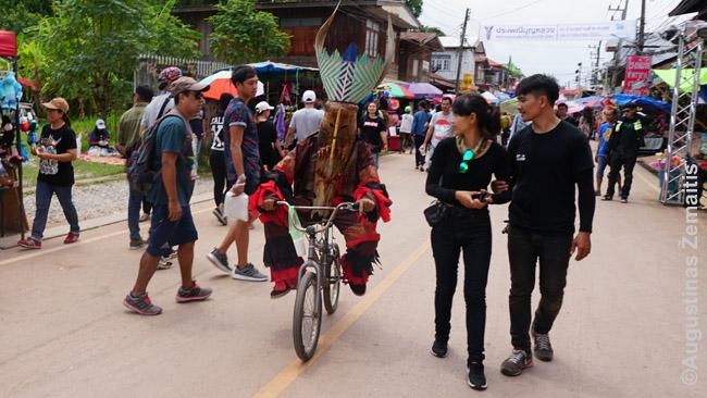 Phi Ta Khon šventės ir dalyviai, ir lankytojai - beveik vien tajai, nors ši šventė įspūdinga kiekvienam