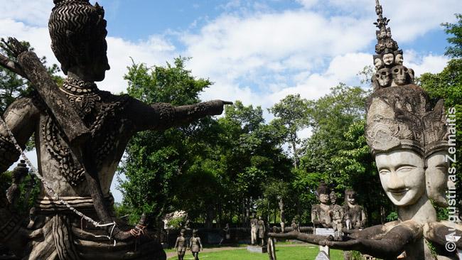 Sala Keoku gyvenimo rato pabaiga. Figūra - kairėje moja į centrą, kuriame - Buda, ir 'herojus' žengia žingsnius link tapimo Buda