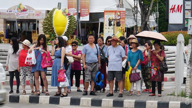 Čiang Majiečiai eina iš prekybos centro su vakarietiškais prekių ženklais
