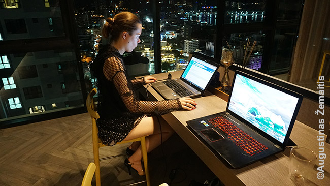 Skaitmeninė klajoklė dirba Tailando daugiabučio bendroje erdvėje viršutiniame aukšte. Tailande skaitmeninių klajoklių daug ir daugiabučiuose tokios poilsio ir darbo erdvės - įprastas reiškinys