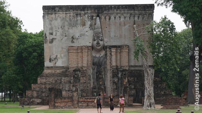 Suchotajuje sugriuvusioje šventykloje išlikusi restauruota Budos skulptūra